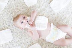 Bébé nouveau-né avec des couches-culottes Peau sèche et crèche photographie stock