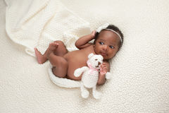 Bébé nouveau-né avec l'ours bourré Photos libres de droits