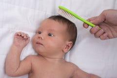 Bébé nouveau-né avec la peignée de mère Photographie stock