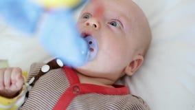 Bébé nouveau-né avec le pacificateur banque de vidéos