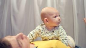 Bébé nouveau-né dans des bras de son père banque de vidéos