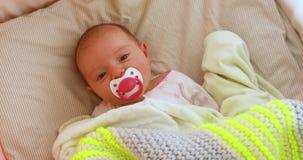 Bébé nouveau-né dans la huche regardant des frais généraux mobiles banque de vidéos