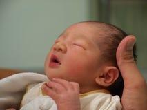 Bébé nouveau-né dans la main Image stock