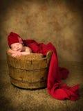 Bébé nouveau-né dans le seau en bois Images libres de droits