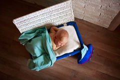 Bébé nouveau-né de dormeur dans le boîtier blanc Photographie stock