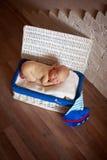 Bébé nouveau-né de dormeur dans le boîtier blanc Photo stock