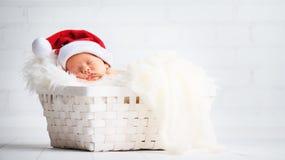 Bébé nouveau-né de dormeur dans le chapeau de Santa de Noël Photo libre de droits