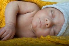 Bébé nouveau-né de mâle de foyer sélectif de détails Images stock