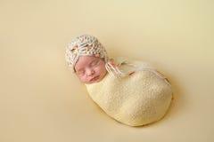 Bébé nouveau-né de sommeil enveloppé en jaune Images libres de droits
