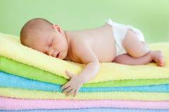 Bébé nouveau-né dormant sur des essuie-main image stock