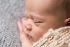Bébé nouveau-né dormant sur la couverture Photo libre de droits
