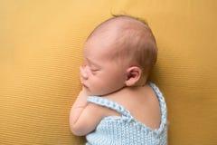 Bébé nouveau-né dormant sur la couverture Image libre de droits