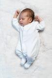 Bébé nouveau-né dormant sur la fourrure blanche au soleil Images stock