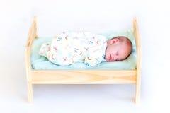 Bébé nouveau-né doux dormant dans le lit de jouet Photographie stock libre de droits