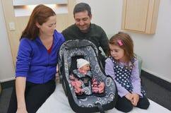 Bébé nouveau-né entouré par sa famille Photos stock