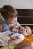 Bébé nouveau-né et 5 années de frère Photos stock
