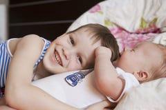 Bébé nouveau-né et 5 années de frère Image stock