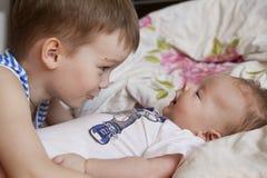Bébé nouveau-né et 5 années de frère Photographie stock libre de droits