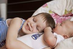 Bébé nouveau-né et 5 années de frère Photo stock
