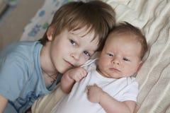 Bébé nouveau-né et 5 années de frère Images stock