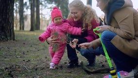 Bébé nouveau-né et famille marchant en parc clips vidéos