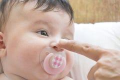 Bébé nouveau-né et son père photographie stock libre de droits