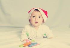 Bébé nouveau-né heureux mignon dans le chapeau de Noël Image libre de droits