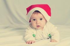Bébé nouveau-né heureux mignon dans le chapeau de Noël images stock
