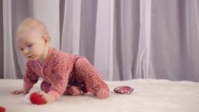 Bébé nouveau-né heureux souriant et jouant avec le coeur clips vidéos