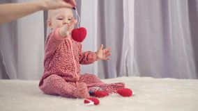 Bébé nouveau-né heureux souriant et jouant avec le coeur banque de vidéos