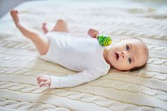 Bébé nouveau-né jouant avec le jouet coloré Photographie stock libre de droits