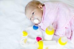 Bébé nouveau-né mignon avec des bouteilles de soins et tétine Photos libres de droits