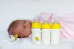 Bébé nouveau-né mignon avec des bouteilles de soins et tétine Image libre de droits