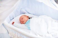Bébé nouveau-né mignon dans le lit blanc Photo stock