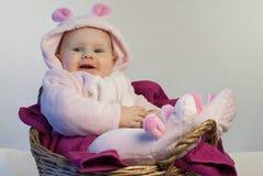 Bébé nouveau-né mignon dans un costume de lapin images libres de droits