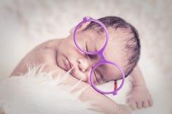 Bébé nouveau-né mignon et adorable avec le sommeil de costume images libres de droits