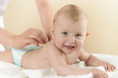 Bébé nouveau-né obtenant le massage d'huile images libres de droits