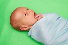 Bébé nouveau-né s'étendant sur la couverture verte Image libre de droits