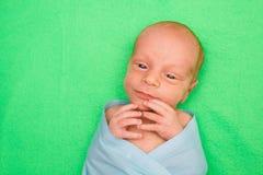 Bébé nouveau-né s'étendant sur la couverture verte Photo libre de droits