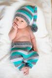 Bébé nouveau-né se situant dans un gnome de costume Photo libre de droits