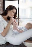 Bébé nouveau-né se trouvant sur son recouvrement du ` s de mère Photo libre de droits