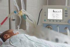 Bébé nouveau-né sur la machine de respiration dans l'unité néonatale de soins intensifs Photo libre de droits