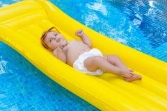 Bébé nouveau-né sur le matelas d'été Images stock