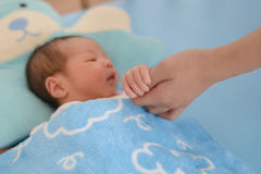 Bébé nouveau-né tenant la main de mères Photographie stock libre de droits