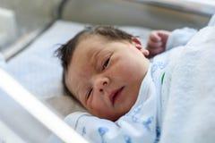 Bébé nouveau-né tranquille dans le berceau d'hôpital photographie stock libre de droits