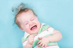 Bébé pleurant doux sur une couverture bleue photo stock