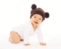Bébé positif de portrait dans le chapeau brun tricoté Photo stock