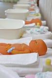 Bébé - poupée dans la pièce de classe maternelle avec des parents formant la garde d'enfants Image stock