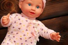 Bébé - poupée sur le fond en bois photos libres de droits