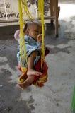 Bébé prenant un mi petit somme de jour au marché Photos stock